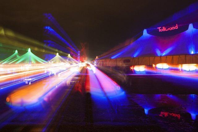 Foto noturna de veículos usando longa exposição